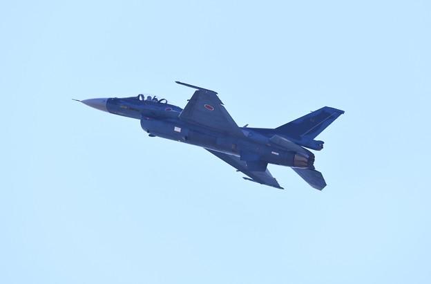 逆光の芦屋基地内 築城の第8飛行隊F-2機動飛行(3) 20180218