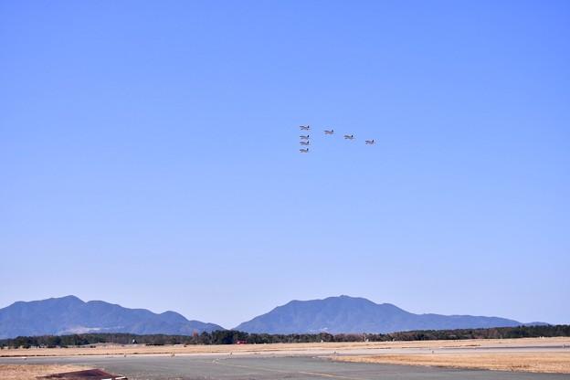 逆光の中の芦屋基地 レッドドルフィンV字飛行 20180218