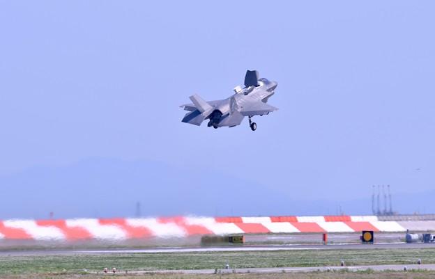 撮って出し。。ステルス戦闘機F35B 垂直着陸形態でのランディング 5月4日