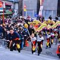 横浜中華街春節 關帝廟前で中国龍舞でお祝い 20180224