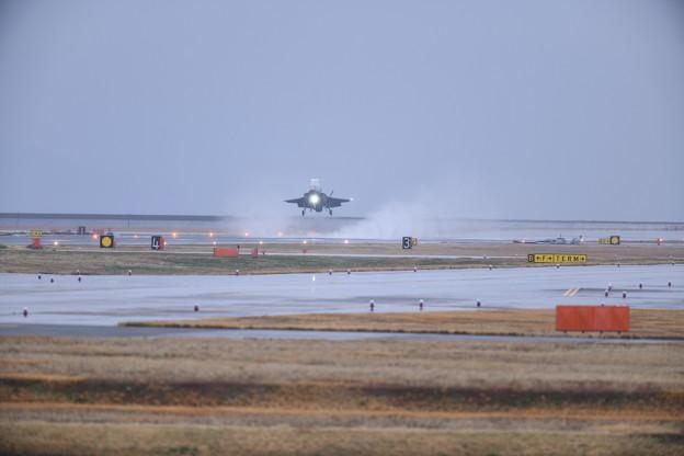 写真: 雨降りの中。。岩国基地へ帰投 垂直着陸隊形 20180321