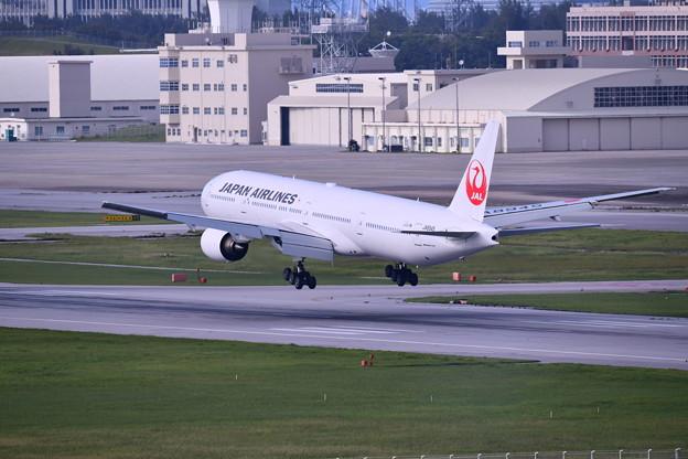 撮って出し。。瀬長島から夕暮れ那覇空港へJALのB777 アプローチ 6月17日