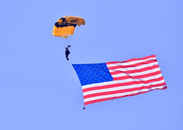 岩国基地フレンドシップデー 米陸軍アクロバットパラシュート部隊ゴールデンナイツ(2)20180505