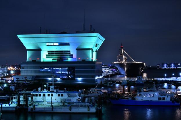 大さん橋旅客ターミナルビルと護衛艦いずも(1) 20180601