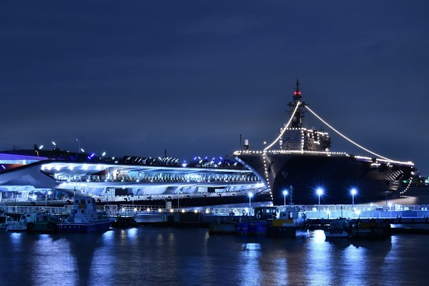 夜の大さん橋 護衛艦いずも一般公開の為停泊中 山下公園から 20180601