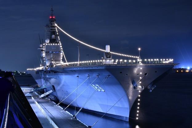 大さん橋見るライトアップされた護衛艦いずも 20180601