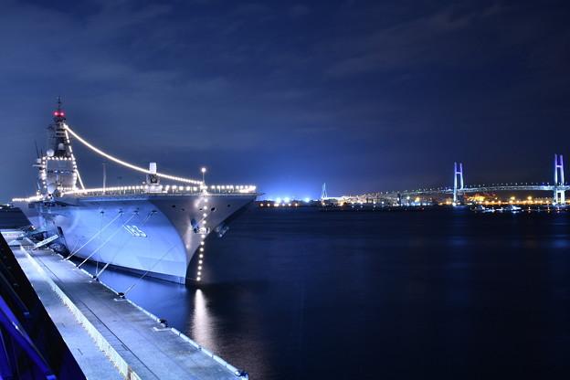 大さん橋から見る護衛艦いずもとベイブリッジ 20180601