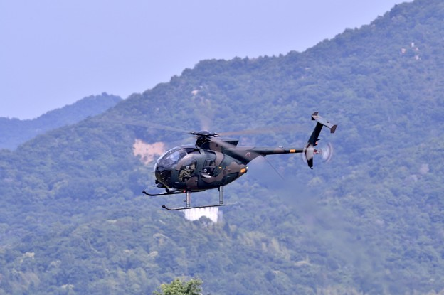 写真: 陸自ヘリOH1の機動飛行(1)