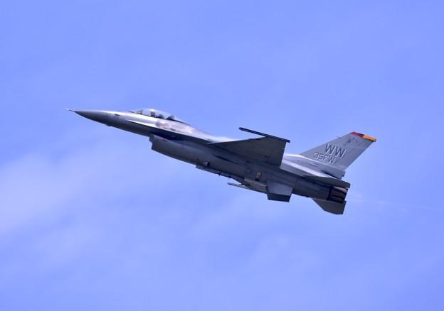 Photos: 岩国リモートで三沢のF16デモチーム機動飛行(2)