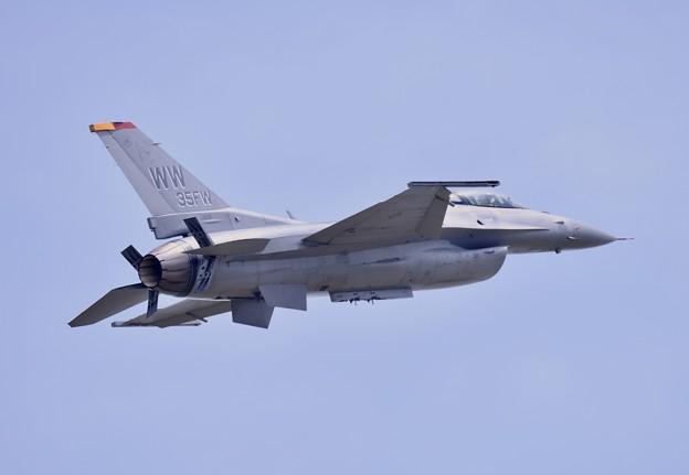 写真: 三沢の米空軍F16デモチーム 機動飛行エアブレーキ出し