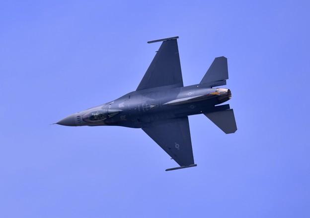 三沢の米空軍F16デモチーム 機動飛行お背中見せて
