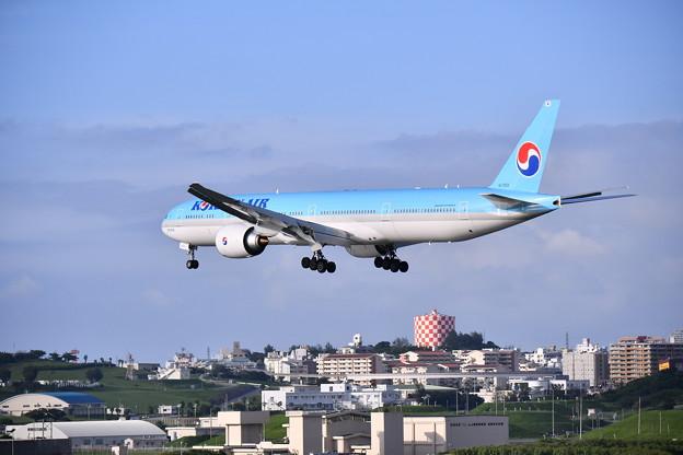 那覇市内の街並みをアプローチ 大韓航空機B777 20180617