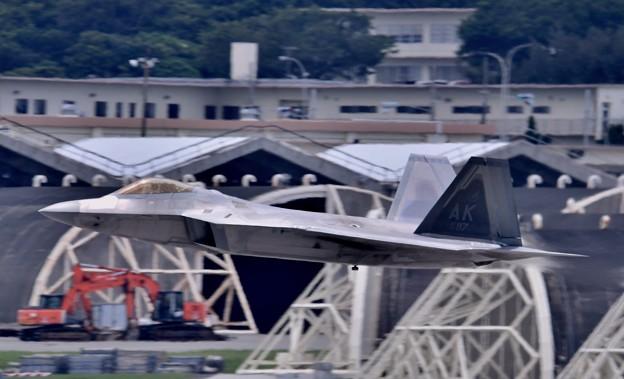 Photos: 沖縄嘉手納基地。。アラスカのF22ラプター 超低空上がり(2) 20180618