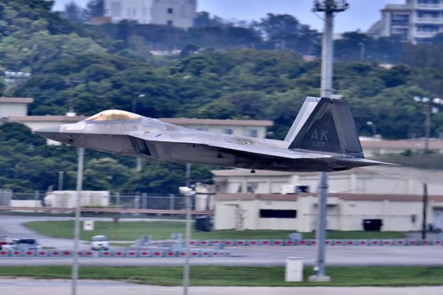 沖縄嘉手納基地。。アラスカのF22ラプター 超低空上がり(3) 20180618