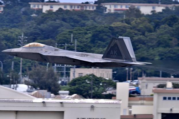 沖縄嘉手納基地。。アラスカのF22ラプター 超低空上がり(4) 20180618