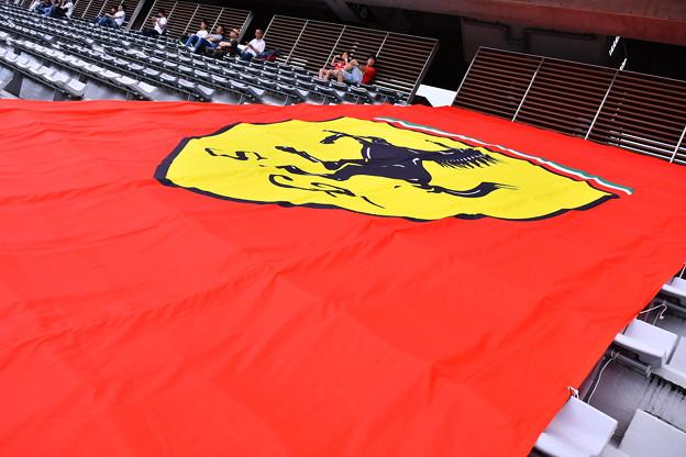 富士スピードウェイメインスタンドに跳ね馬フェラーリの旗 20180630