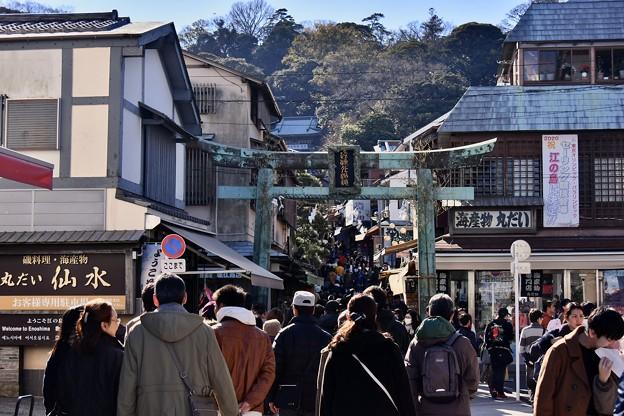 撮って出し。。賑わう江ノ島神社へ向かう参道 20190105