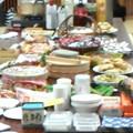 写真: クリスマス会なう 豪華な料理は参加者持ち込み 鶏の丸焼きまである!...