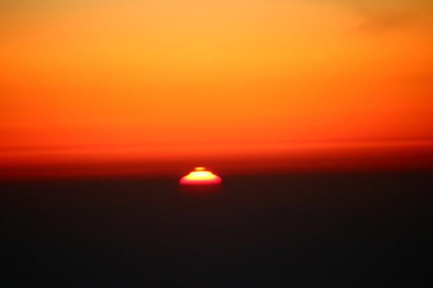 Photos: 雲の上から見る雲に沈む夕日