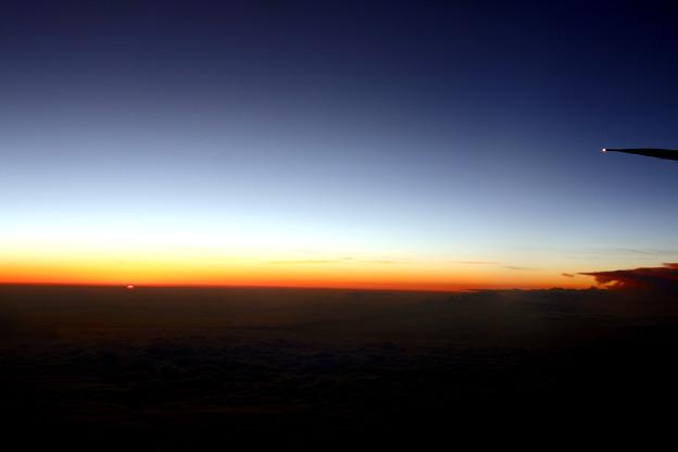雲の上から見る雲に沈む夕日
