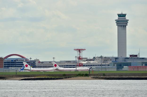 写真: 羽田空港を望む
