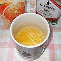写真: オレンジジュースを入れる
