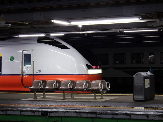 秋田駅8番線ホームのE751系