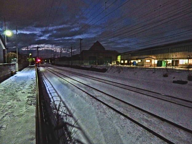 暮れて鉄路