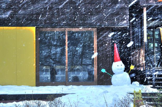 吹雪に吹かれる雪だるま