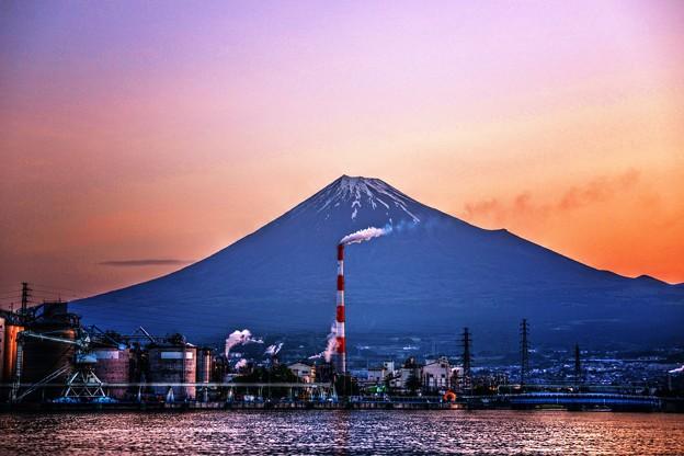 写真: 煙突のある風景 ~朝焼け~