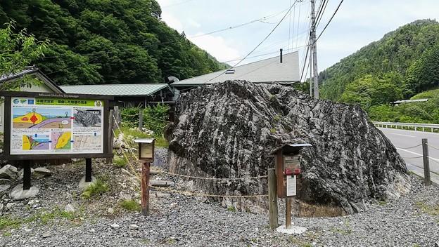 中郷流宮岩 地層の見本