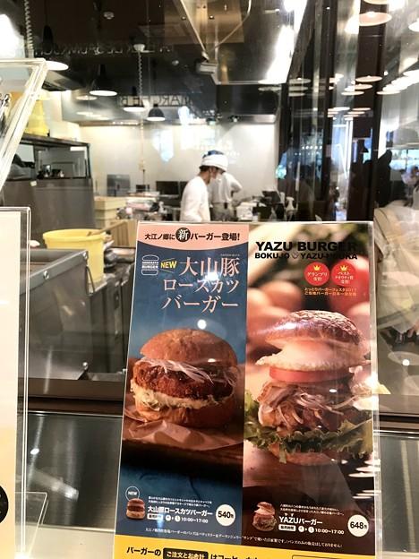 YAZUバーガーやだし巻きが作られるオープンキッチン