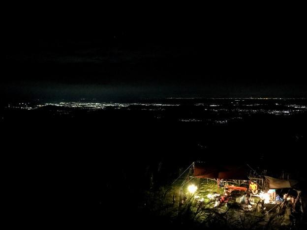 キャンプ場と街の灯り