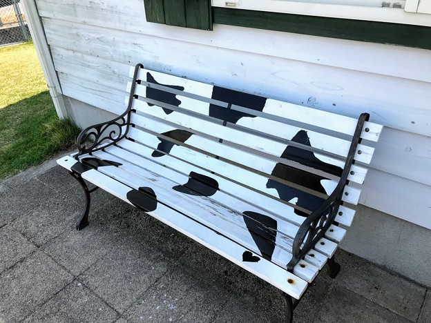 牛模様のベンチ