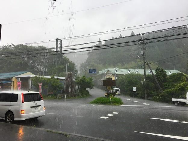 滝のような雨