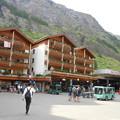 写真: スイス・ツエルマット駅前