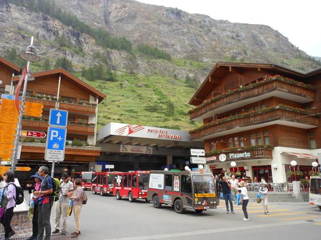 写真: スイス・ツェルマットは電気自動車しか入れません。