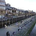 京都・三条大橋から見た床のある風景