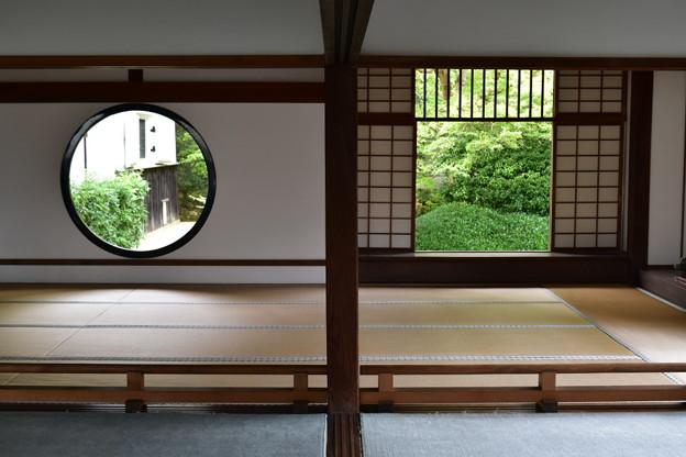 紅葉時期は観光客で混み合う二つの窓@源光庵