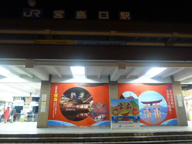 ライトアップされたJR宮島口駅