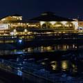 写真: マリンピア神戸のライトアップ