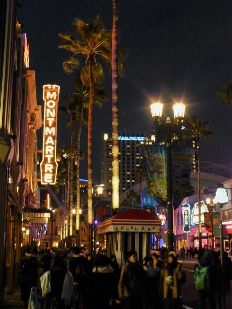 夜の街を彩るネオンサイン