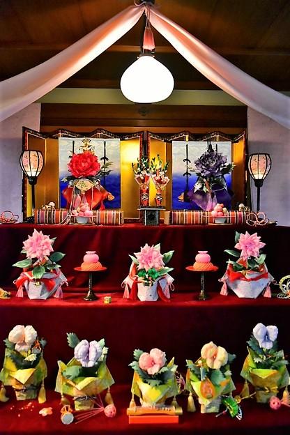 写真: お花で作られたひな飾り