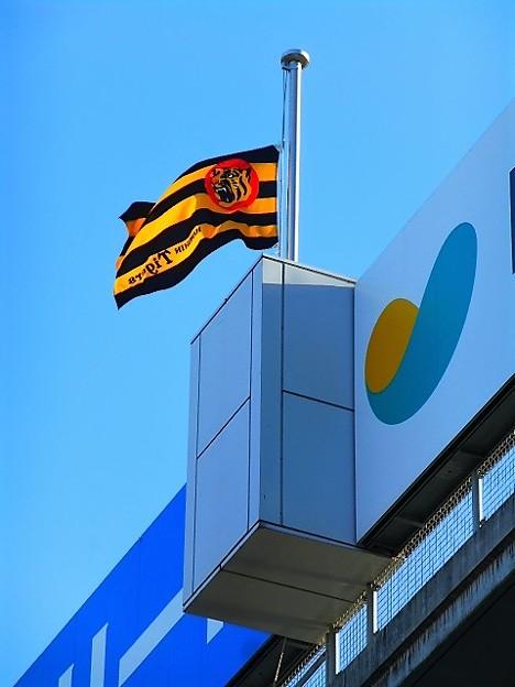 写真: 球場に半旗が掲げられる