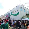 写真: 毎年賑わう東洋ナッツのアーモンドフェスティバル