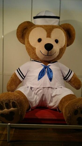 神戸のディズニーみてきたー巨大ダッフィー! 知らない人に写真とられるの嫌いだけど家族に送るために撮ってもらったけど…怖い顔してまふ(笑)片目隠れてるから向き的に余計…;