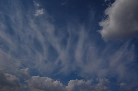 雲は波のようにうねり流れる
