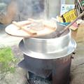 0513_大釜で豆を煮る