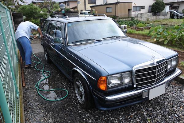 ドイツ車の集まりに参加するために朝に洗車する兄