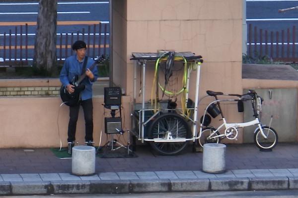 機材も本格的でわざわざ名古屋駅に来て、なぜ人気のない場所で